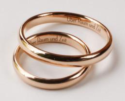 Zarte Lasergravur in Ringen aus Fairmined Eco Gold